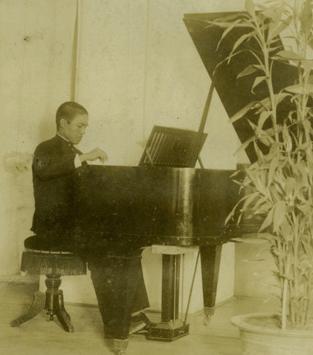 高一生於台南師範學院的琴房。