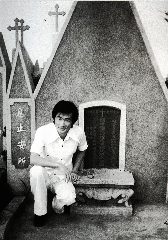 1968年母親走時,施明德被判無期徒刑,關在泰源監獄,當局不准奔喪。 這張照片攝於1977年母親墳前。