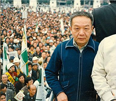 遊行指揮車上的臺灣民主運動領袖之一黃信介_TAIWANESE_Democracy_Movement_Leader_Huang_Shin-chieh